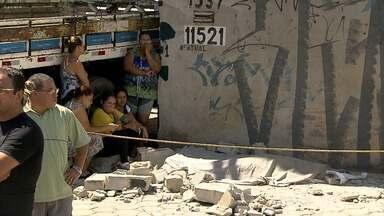 Mulher morre ao ser atingida por escombros de um muro em Contagem, na Grande BH - Em Betim, um homem também morreu atingido por parte da laje de uma casa onde ele trabalhava.
