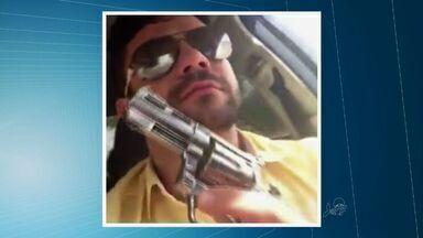Motorista que publicou vídeo atirando em via pública é detido - Advogado dele afirmava que arma que aparecia no vídeo é de brinquedo.