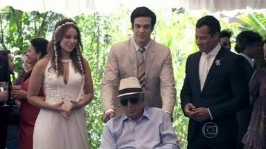 Félix leva César para a festa de Paloma e Bruno - Aborrecido, o médico pede para não ser incomodado. Paloma avisa a Bruno que tem uma surpresa para ele
