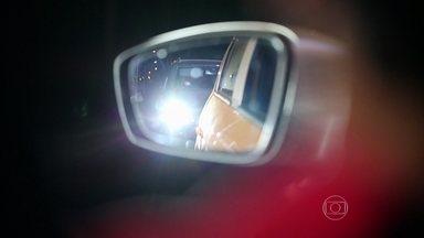 Piloto do AutoEsporte dá dicas sobre farol - Regular o retrovisor na posição noite é uma das opções para não ter a visibilidade prejudicada pelo farol alto do veículo que vem atrás.