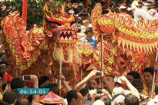 Mais de 100 mil pessoas celebram Ano Novo chinês em São Paulo - Imigrantes orientais festejaram a chegada do Ano Novo Chinês no bairro da Liberdade, no Centro de São Paulo, neste sábado (1º). Pelo calendário chinês, chegamos ao ano 4712, chamado de Ano do Cavalo.