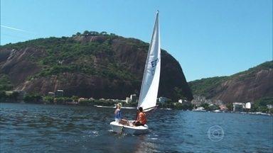 Giovanna Ewbank faz aula de vela - A atriz aprende técnicas para comandar o barco. Apesar de precisar ficar prestar atenção na direção do vento, ela gostou do passeio.
