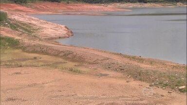 Sistema de abastecimento de SP está com menor nível dos últimos 10 anos - Na represa de um dos rios são 17 metros abaixo do normal. Nesta terça-feira (4), o Sistema Cantareira está com 21,2% da capacidade. Na mesma data de 2011, o nível era de 91,3%. Em toda a história, esse é o janeiro mais vazio.