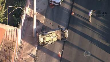 Carro capota na Avenida Antônio Carlos, em Belo Horizonte - Acidente aconteceu em frente ao Cobom.