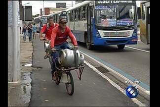 Calçadas usadas por pedestres e ciclistas em avenida de Belém geram polêmica com usuários - Calçadas foram instaladas às pressas na avenida Almirante Barroso durante execução de obras do BRT na capital paraense.