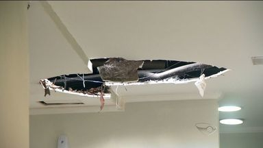 Teto de hospital desaba e dois ficam feridos em Vila Velha, ES - Segundo a unidade, funcionário limpava telhado quando teto desabou. Local foi isolado; hospital vai abrir sindicância para apurar o que ocorreu.