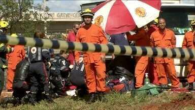 Operários são surpreendidos pelo rompimento de adutora em Brasília - O rompimento da adutora aconteceu no começo da noite desta quinta-feira (5). Na quinta, de manhã, uma equipe de operários estava concluindo o conserto da tubulação quando houve um segundo acidente. Um deles morreu.