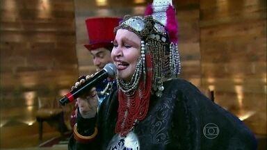 Elke Maravilha canta Beijinho Doce no palco do Vídeo Show - Caloura solta a voz com o hit da novela A Favorita