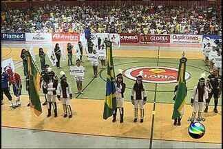 Confira a cerimônia de abertura da Copa TV Sergipe de Futsal! - Bandeiras de Glória, Sergipe e do Brasil entram em quadra. Em seguida, execução do Hino Nacional.