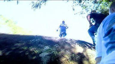 Confronto entre traficantes e polícia deixa um morto e um ferido no ES - Polícia surpreendeu tiroteio entre gangues rivais, em Vila Velha.Adolescentes foram apreendidos, com armas e drogas.