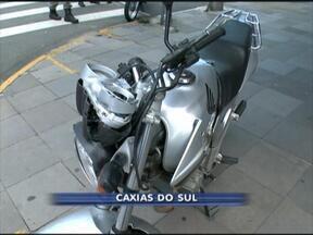 Acidente deixa 5 feridos no centro de Caxias do Sul, RS - Batida envolveu duas motos. Uma delas subiu a calçada e atingiu pedestres.