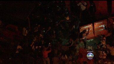 Novo protesto contra aumento das passagens de ônibus no Rio causa tumulto no Centro - O protesto prossegue pela Avenida Presidente Vargas. A polícia acompanha os manifestantes. Um homem mascarado foi detido e policiais correream atrás de um grupo com cassetetes.