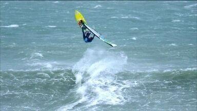 """Brasileiro """"caçador tempestades"""" fica em segundo lugar no mundial de windsurfe - Brawnzinho realiza saltos de até vinte metros em mares revoltos ."""