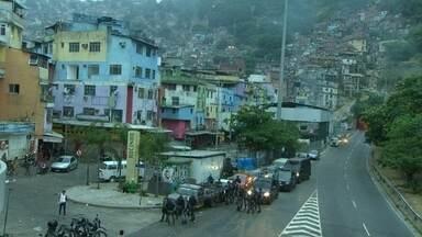 Tiroteio na Rocinha assusta moradores - Um intenso tiroteio começou na madrugada. Uma unidade de saúde foi atingida. Segundo moradores, o conflito começou num conflito entre traficantes. Bandidos incendiaram objetos em frente ao túnel Zuzu Angel.