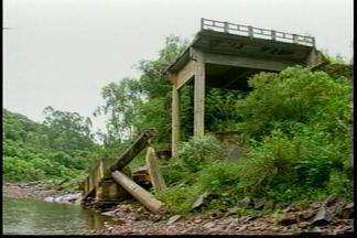 Ponte destruída pela chuva há anos, ainda não foi recuperada - Moradores precisaram se mudar do local e outros só podem fazer a travessia a pé pelo rio.
