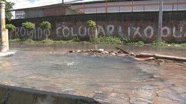 Na Campina do Barreto, cano está estourado desde o último sábado - Água limpa escorre pela rua e vários buracos se formaram. Abastecimento será interrompido.
