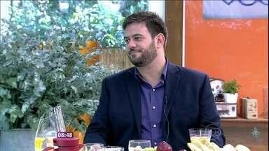 'Existem alimentos que não combinam com a praia', diz Bruno Astuto - Ana Maria recebe o consultor para as 'fofocas' do dia e papo sobre etiqueta no verão