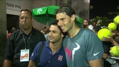 Rafael Nadal encanta torcida brasileira no Rio Open - O tenista retribuiu o carinho dos torcedores com muitos sorrisos e autógrafos.