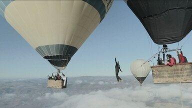 Grupo de aventureiros franceses tenta fazer primeira travessia de highline 100% no ar - Com uma fita esticada entre dois balões, a 600 metros de altura, os atletas começam a se arriscar na travessia, sem nenhum cabo de segurança.