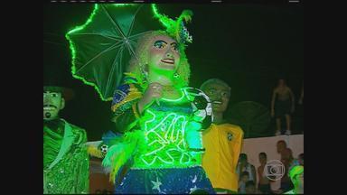 Em Catende, Mulher da Sombrinha tem visual inspirado nas cores Copa do Mundo - Ela surgiu, à meia-noite, por trás do cemitério, como de tradição.