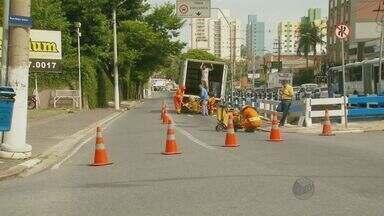 Avenida tem bloqueio temporário na região central de Campinas - A pista interna da Avenida Anchieta, no Centro de Campinas, foi bloqueada na manhã desta segunda-feira (24) para reparos no asfalto. Agentes da Mobilidade Urbana orienta motoristas e pedestres sobre mudanças no trânsito e parada de ônibus.