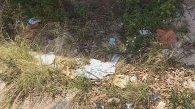 Terreno abandonado gera reclamação em Campinas - Um terreno abandonado na Vila Joaquim acumula lixo e mato alto, o que dificulta a passagem de pelo local.