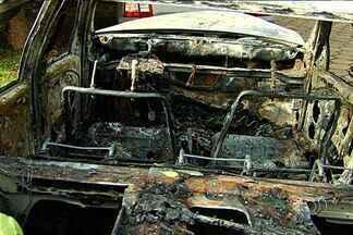 Taxista é assassinado após pegar clientes em Goiânia - Um taxista de 69 anos foi assassinado, na noite de domingo (23), após pegar dois clientes no ponto em que trabalhava, na rodoviária do Setor Campinas, em Goiânia. De acordo com a polícia, após o crime, os suspeitos atearam fogo ao táxi.