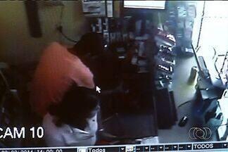 Três são presos após assalto a distribuidora de bebidas, em Anápolis - Três homens foram presos depois de assaltar uma distribuidora de bebidas em Anápolis, no domingo (23). Os criminosos trocaram tiros com a polícia.