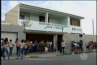 Fila é formada para o recadastramento no Bolsa Família - Muitos beneficiários chegaram de madrugada para realizar o recadastramento.