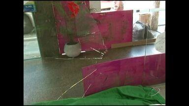 Criminosos quebram vidro e assaltam loja no Sul do ES - Assalto aconteceu em Cachoeiro de Itapemirim.