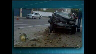 Motorista perde o controle de carro e bate em árvore no Sul do ES - Segundo a polícia, o motorista apresentava sinais de embriaguês e teve a carteira apreendida.