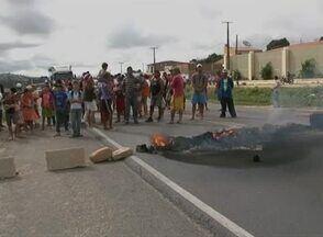 Moradores protestam e bloqueiam BR-423 em Garanhuns, no Agreste - Manifestantes afirmam que acidentes são muito frequentes na rodovia. Segundo a PRF, moradores atearam fogo a pneus para fechar a rodovia.