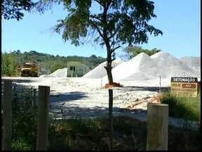 Tráfego de caminhões é motivo de reclamação na zona rural de Nova Serrana - Poeira incomoda moradores da região, que cobram uma solução para o problema.