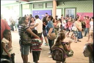 Retorno das aulas em Santa Maria, RS, é marcado por protestos e falta de profissionais - Cerca de 25 mil alunos retornaram as aulas. Em algumas escolas, houve manifestação dos pais devido a falta de profissionais.