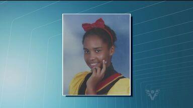 Polícia de Guarujá ouviu mãe de adolescente encontrada morta em matagal - Ela estava seminua e machucada. Corpo foi encontrado a 25 metros da casa onde ela morava.