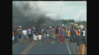 Protesto interdita rodovia no Agreste de Pernambuco - Moradores de Garanhuns fecharam a estrada para pedir mais segurança.