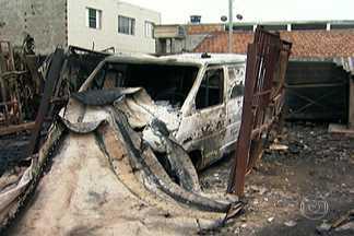 Incêndio destrói fábrica de espuma para colchões - O fogo destruiu um depósito de espuma para colchões, travesseiros e almofadas em Guarulhos, na Grande São Paulo. O fogo começou no lado de fora do depósito e se espalhou muito rápido. Os bombeiros ainda não sabem a causa.