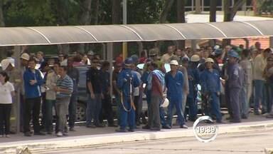 Incêndio atinge galpão de fábrica na região sudeste de São José dos Campos, SP - Quatro viaturas dos Bombeiros foram deslocadas para o local. Fogo foi em prédio alugado pela Monsanto para uma empresa já desativada.