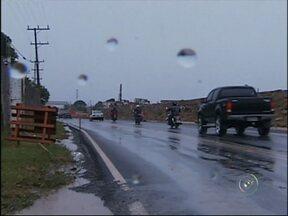 Chuva provoca alagamento na rodovia Raposo Tavares, em Itapetininga - Um trecho da rodovia Raposo Tavares, em Itapetininga (SP), teve o tráfego prejudicado nesta segunda-feira (24) devido a um alagamento na altura do quilômetro 157. O bueiro existente no local não suportou o volume de água da chuva e transbordou.