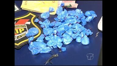 Adolescente é flagrado com droga em banca de frutas - Um garoto de 16 anos estava com petecas de cocaína em uma banca de venda de melancia, próximo ao Mercadão 2000.