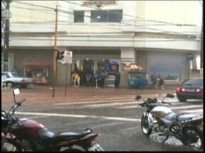 Chuva causa transtornos para moradores de Araçatuba - Um temporal, na tarde desta segunda-feira (24), alagou ruas de Araçatuba (SP). No centro, a enxurrada avançou sobre o calçadão e chegou a invadir parte de um shopping. Segundo os bombeiros, nenhuma ocorrência grave foi registrada.