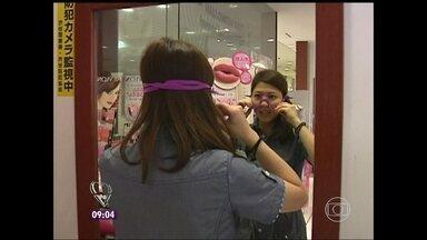 Sutiã de rosto: no Japão, mulheres usam aparelho para músculos não caírem - Adereço de silicone faz pressão na pele e promete evitar a flacidez
