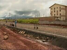 Aulas começam na UTFPR mas ainda há obras em andamento - As aulas foram atrasadas em uma semana porque obras no acesso de veículos e do transporte coletivo estavam inacabadas.