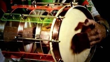 Cuíca é celebrada como o principal instrumento da bateria no carnaval - Elemento musical trazido da África é um dos principais destaques das escolas de samba. Processo de fabricação da cuíca é bastante artesanal e feito com cuidado por ritmistas especializados.