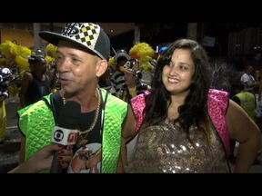 30 segundos de carnaval: MC Serginho e 'Fantasma da Lacraia' mandam recado na Sapucaí - O funkeiro que mostrou as suas companheiras, Jayla X-Tudão e Gazela, que é o Fantasma da Lacraia, disse que vai procurar mostrar o carinho que a São Clemente está tendo com o movimento funk e retribuir com uma energia positiva durante o desfile.