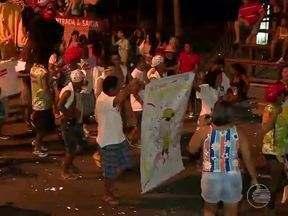Cinco blocos de rua animam 2º dia de desfiles na Marechal Castelo Branco - Primeiro bloco entrou na avenida com quinze minutos de atraso.O desfile dos blocos foi acompanhado por um público pequeno na capital.