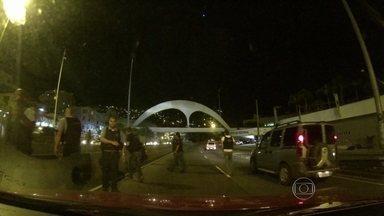 Túnel Zuzu Angel é fechado em frente à entrada da Rocinha (RJ) - Na madrugada desta terça-feira (4), um grupo fechou o Túnel Zuzu Angel, em frente à entrada da favela da Rocinha. Eles botaram fogo em objetos na pista e a polícia teve de agir.