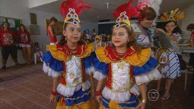 Blocos investem nas crianças para manter viva a tradição - Crianças aprendem desde cedo a dançar e tocar ritmos do carnaval.