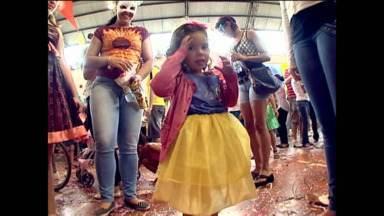 Pequenos se divertem em baile no Bairro Novo em Curitiba - Teve pintura facial para quem não foi fantasiado.