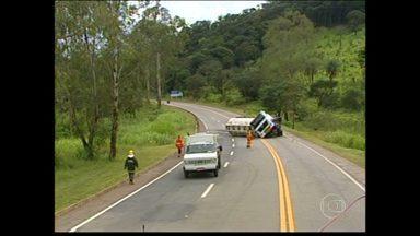BR-050, próximo a Itaúna, está interditada há mais de 24 horas após acidente - Uma carreta-tanque tombou e interrompeu o trânsito nos dois sentidos.
